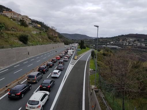 Autostrade: ancora rallentamenti del traffico, 4 km di coda sulla A26 tra il A26/A10 Genova-Ventimiglia e Masone in direzione Gravellona Toce per lavori