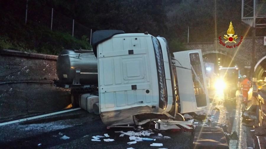 Camion si rovescia sull'A10, autostrada chiusa per la rimozione del mezzo