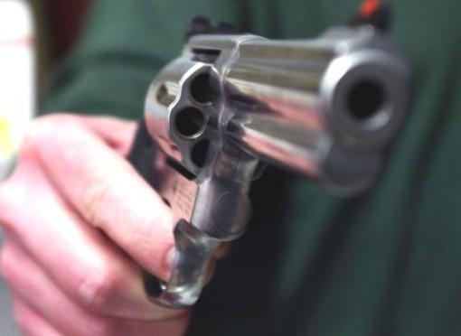 Lite tra vicini a Voltri finisce a colpi di pistola, lievemente ferito a un orecchio uno dei contendenti