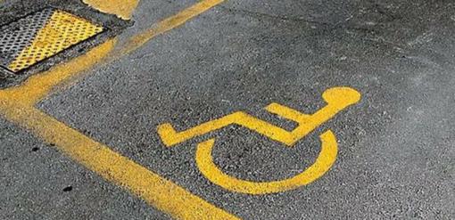 Uso irregolare del pass disabili per le auto: 18 tagliandi ritirati e 67 persone nei guai