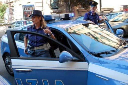 Botte e morsi alla moglie: gli agenti intervengono, trovano della droga e lo arrestano