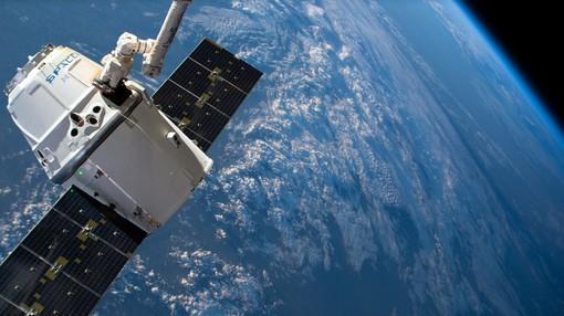 Una scia luminosa nei cieli: sono i satelliti per l'Internet globale lanciati dalla SpaceX di Elon Musk (FOTO E VIDEO)