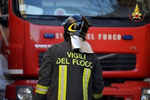 Tir con carico chimico in fiamme lungo Strada Guido Rossa: incendio domato dai pompieri