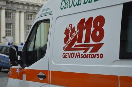 Giovane in auto travolge un gruppo di giovani in piazza Pedegoli a Genova: quattro feriti di cui due minorenni in gravi condizioni