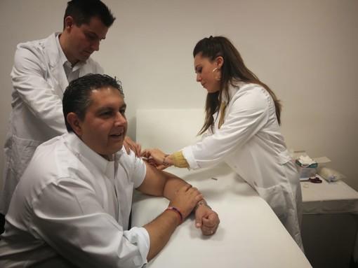 """Anche Toti si vaccina contro l'influenza: """"Importante per tutti ma soprattutto per chi lavora a contatto con il pubblico"""""""