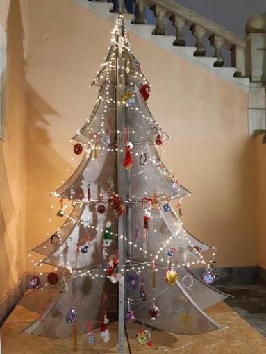 A Palazzo Tursi l'albero natalizio di Urban art donato al Comune dall'associazione 'Generazione abile' (FOTO)