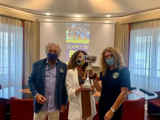 L'assessore Cavo consegna riconoscimento a Psa Olympia, squadra di pallavolo promossa in serie B1