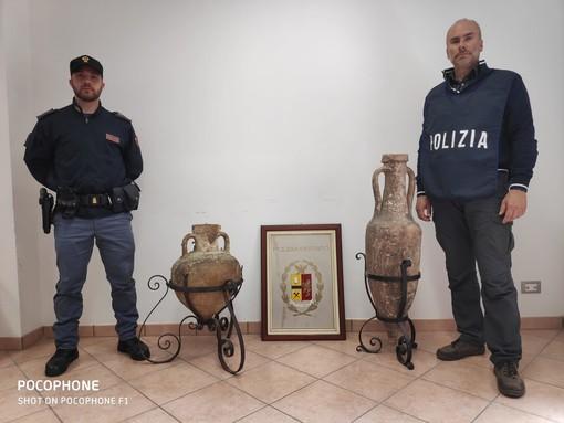 Traffico illecito di beni archeologici, la polizia recupera due anfore