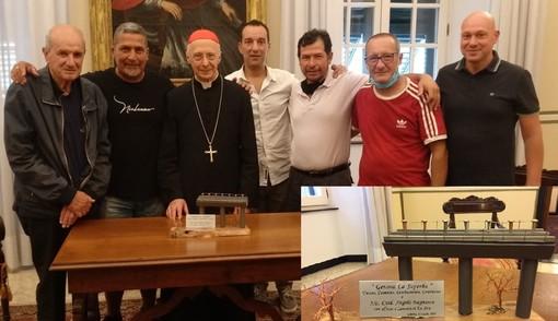 Gli operai di ArcelorMittal donano al cardinal Bagnasco una scultura che rappresenta il ponte