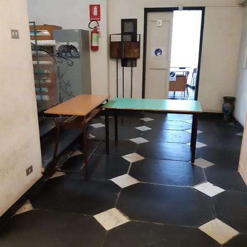 Sestri: classi in disordine e pavimenti sporchi nelle scuole dopo le elezioni, genitori e docenti in subbuglio [FOTO]