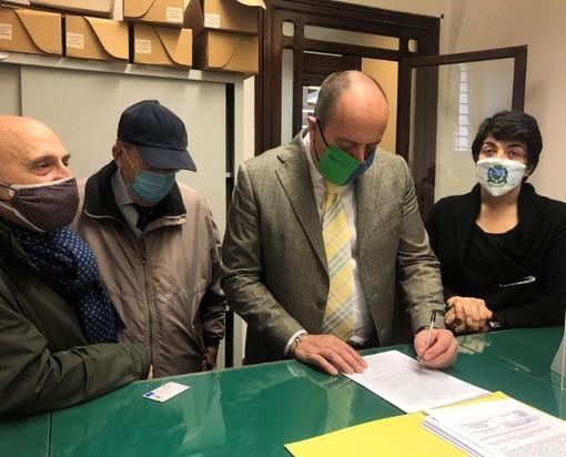 Chiavari: il sindaco Di Capua firma la proposta di legge antifascista (FOTO)