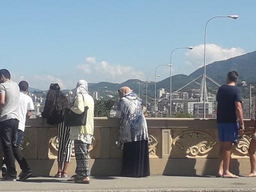 """Ferragosto """"irreale"""": curiosi e commossi in pellegrinaggio di fronte al ponte"""