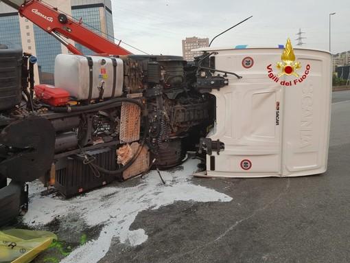 Camion ribaltato: concluse le operazioni di bonifica (VIDEO)