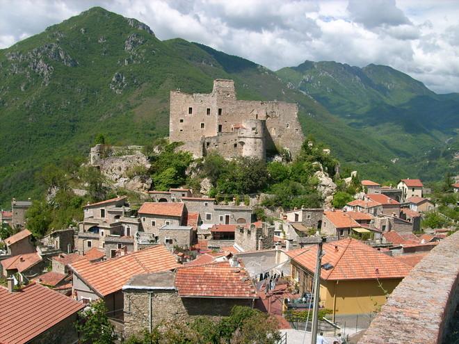 Castelvecchio di Rocca Barbena e il 'Bastian Contrario'