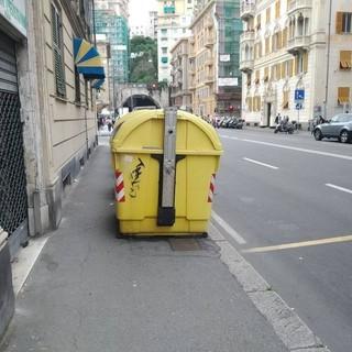 Cassonetti sul marciapiede alla Foce, via tra pochi giorni