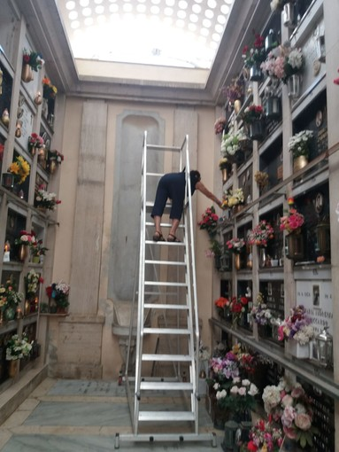 Cimitero di Palmaro, le scale nuove sono più pericolose di quelle sostituite