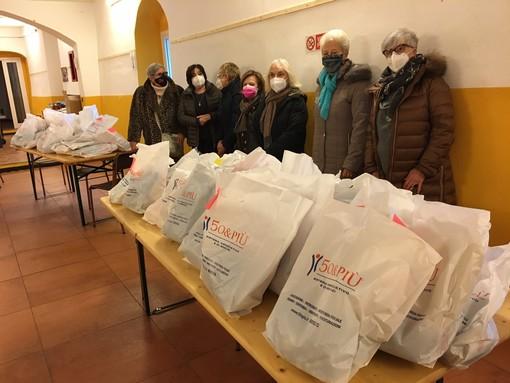 50&Più Genova: consegnati a don Valentino Porcile oltre 20 kg di lavori a maglia realizzati da 40 volontari