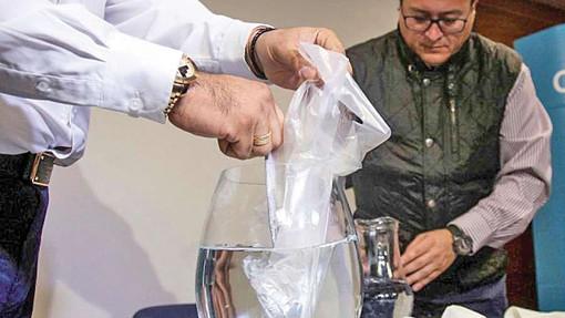 Ambiente, ecco il sacchetto che si scioglie in acqua in soli cinque minuti