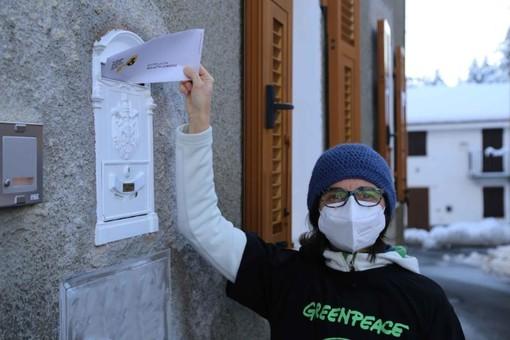 Greenpeace consegna anche a Genova le bollette climatiche dell'Eni
