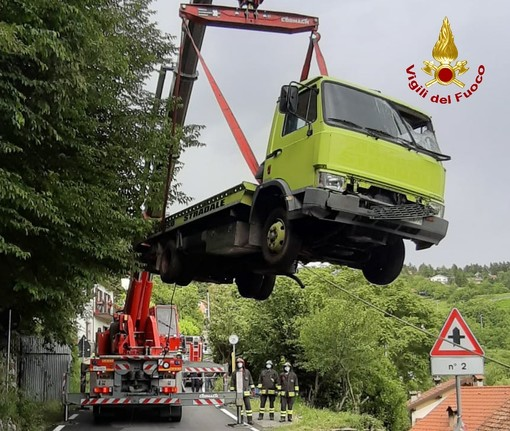 Crocefieschi: carro attrezzi finisce in un dirupo, intervento dei pompieri