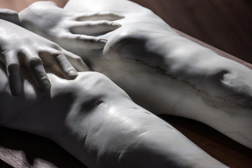 """Le """"delicate fragilità"""" dell'interiorità femminile nella bipersonale di Evita Andujar e Ilaria Gasparroni"""