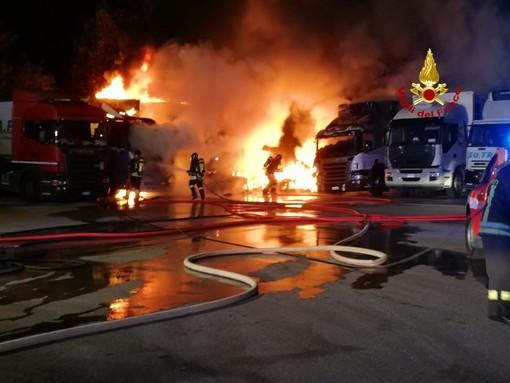 Incendio a Serra Riccò, in fiamme tre camion