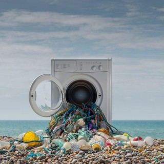 Le microfibre in plastica dei tessuti: il killer silenzioso dei nostri mari