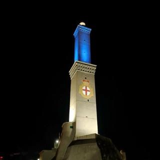 La Lanterna si tinge di blu in occasione del Salone nautico per promuovere la cultura del mare