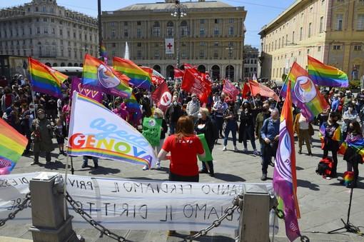 La piazza di Genova per chiedere l'approvazione del disegno di legge Zan (VIDEO e FOTO)