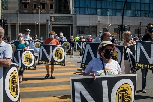 Cartelli, striscioni e musica per ribadire il no al petrolchimico a Sampierdarena: 300 in piazza contro degrado e rischio ambientale