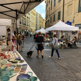 Nel primo sabato di via Cairoli pedonale arriva il mercatino del fatto-a-mano