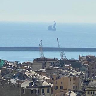 Risolto il mistero della nave ferma davanti al porto da giorni: sondava i fondali in vista della nuova diga foranea