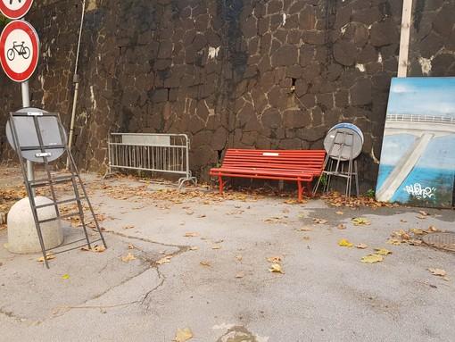"""Panchina rossa in Via Fillak: """"Sola e abbandonata come le donne che subiscono violenza"""""""