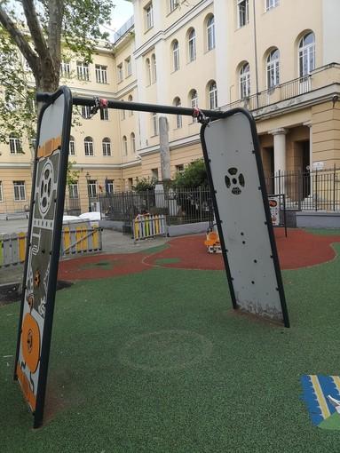 Piazza Galileo Ferraris: l'altalena rotta, rimossa per essere riparata