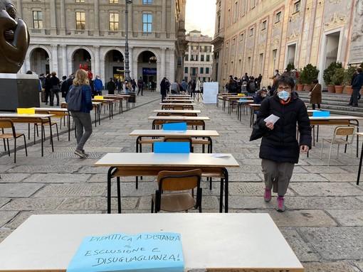 """""""Il Covid ha evidenziato ancora di più le carenze strutturali della scuola"""": studenti e banchi in piazza per protesta"""