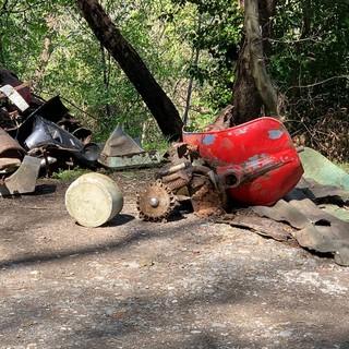 Carcasse di motorini, lavatrici, siringhe e mascherine: gli abitanti di Sant'Eusebio ripuliscono il sentiero che porta alla Cappelletta dei Cacciatori