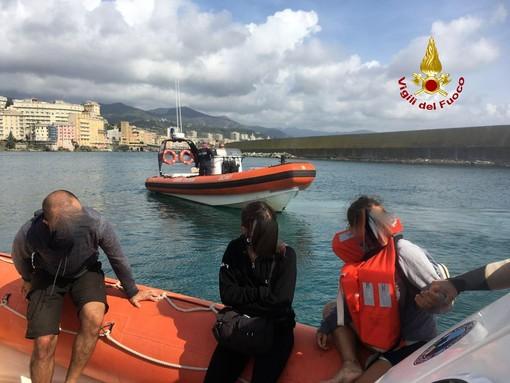Imbarcazione incagliata a Pegli, capitaneria e vigili del fuoco soccorrono tre persone