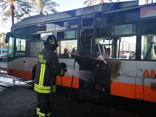 Acquario: bus Amt prende fuoco, intervento dei pompieri (VIDEO)