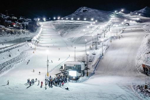Con gli sci sotto le stelle: Prato Nevoso anticipa l'apertura del notturno