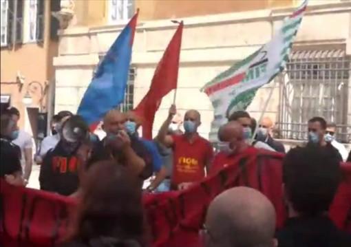 Arcelor Mittal: la protesta dei lavoratori davanti alla Prefettura (VIDEO)