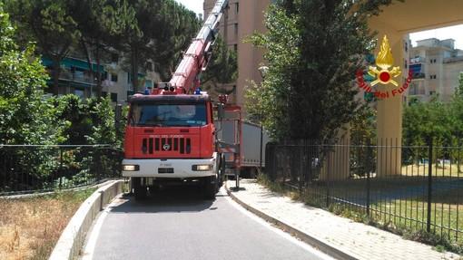 Quarto: camion incastrato in Via Rossetti, intervento dei pompieri