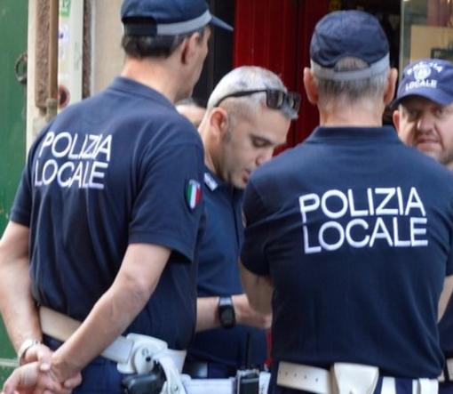 Minaccia di uccidersi puntandosi un coltello alla gola ed una forbice al fegato: salvata dagli agenti della polizia locale