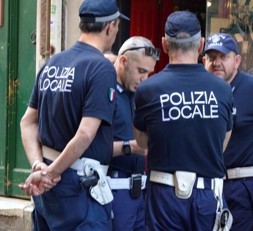 Festeggiano ignorando le restrizioni: la polizia locale multa dodici ragazzi a Sestri Levante