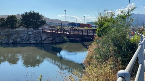 Pra', partiti i lavori per sostituire il ponte sul canale di calma (FOTO)