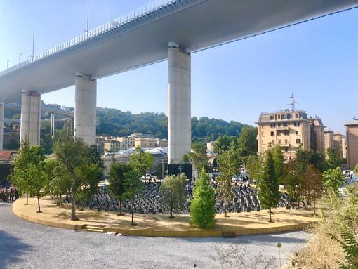 Un intervento artistico sotto il Ponte San Giorgio per ricordare e riflettere sulla tragedia del crollo del Morandi