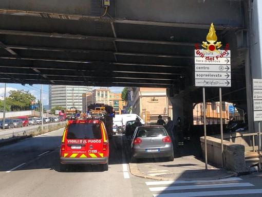 Sampierdarena: cade intonaco dal raccordo autostradale, intervento dei pompieri