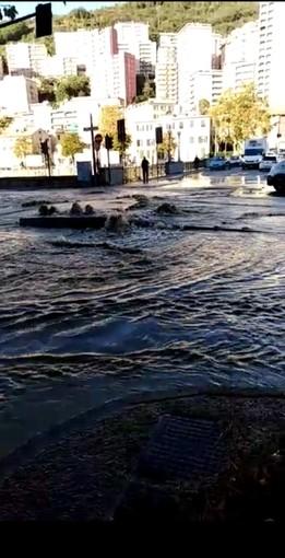 Staglieno: si allaga Piazzale Parenzo, ma la zona resta senz'acqua (VIDEO)