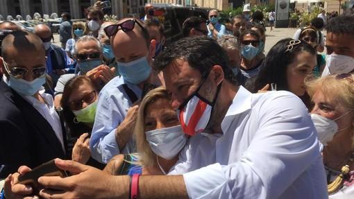 """Salvini a Genova, prima il selfie e poi la contestazione: """"I porti aperti hanno salvato vite"""" (VIDEO)"""