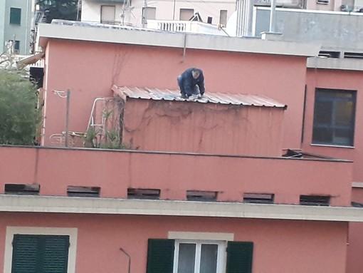 Sampierdarena: sale sul tetto senza protezioni. Incoscienza da non imitare (VIDEO)