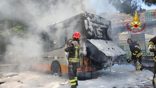 I vigili del fuoco intervengono per l'incendio di un autobus in corso Firenze [FOTO]